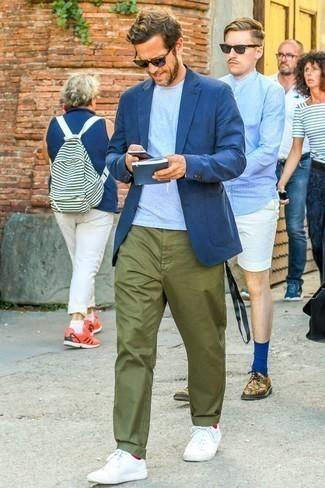 Dunkelblaues Sakko kombinieren: trends 2020: Tragen Sie ein dunkelblaues Sakko und eine olivgrüne Chinohose, um einen modischen Freizeitlook zu kreieren. Fühlen Sie sich ideenreich? Komplettieren Sie Ihr Outfit mit weißen Leder niedrigen Sneakers.