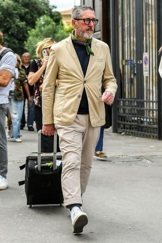 Olivgrünen Bandana kombinieren: trends 2020: Kombinieren Sie ein beige Sakko mit einem olivgrünen Bandana für einen entspannten Wochenend-Look. Weiße hohe Sneakers aus Segeltuch sind eine großartige Wahl, um dieses Outfit zu vervollständigen.