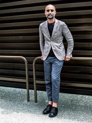 Beige Sonnenbrille kombinieren: trends 2020: Entscheiden Sie sich für ein graues Sakko mit Schottenmuster und eine beige Sonnenbrille für einen entspannten Wochenend-Look. Fügen Sie schwarzen Leder Derby Schuhe für ein unmittelbares Style-Upgrade zu Ihrem Look hinzu.