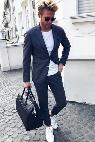 Schwarze und goldene Sonnenbrille kombinieren: trends 2020: Entscheiden Sie sich für Komfort in einem dunkelgrauen Strick Sakko und einer schwarzen und goldenen Sonnenbrille. Heben Sie dieses Ensemble mit weißen niedrigen Sneakers hervor.