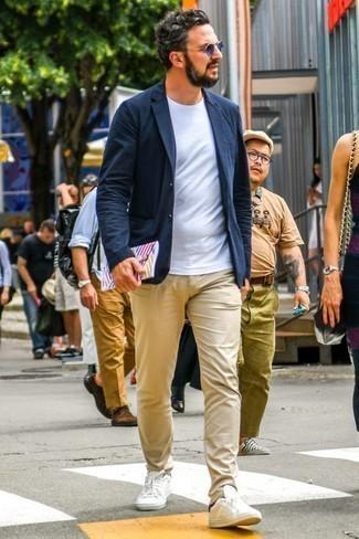 Wie beige Chinohose mit weißer niedriger Sneakers zu kombinieren – 511+  Herren Outfits 2021   Lookastic