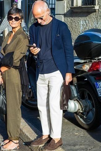 Dunkelblaues T-Shirt mit einem Rundhalsausschnitt kombinieren: trends 2020: Vereinigen Sie ein dunkelblaues T-Shirt mit einem Rundhalsausschnitt mit einer weißen Chinohose, um einen lockeren, aber dennoch stylischen Look zu erhalten. Fühlen Sie sich ideenreich? Entscheiden Sie sich für dunkelbraunen Wildleder Slipper mit Quasten.
