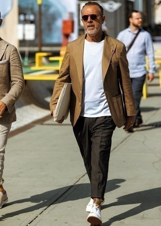 Herren Outfits & Modetrends 2020: Die Paarung aus einem braunen Sakko und einer dunkelgrauen Chinohose ist eine gute Wahl für einen Tag im Büro. Suchen Sie nach leichtem Schuhwerk? Komplettieren Sie Ihr Outfit mit weißen niedrigen Sneakers für den Tag.