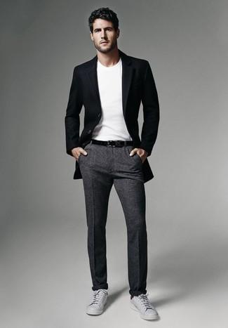 Dunkelgraue Wollchinohose kombinieren: trends 2020: Kombinieren Sie ein schwarzes Sakko mit einer dunkelgrauen Wollchinohose, um einen modischen Freizeitlook zu kreieren. Wenn Sie nicht durch und durch formal auftreten möchten, ergänzen Sie Ihr Outfit mit grauen Leder niedrigen Sneakers.