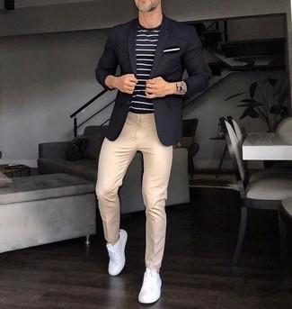 Dunkelblaues und weißes horizontal gestreiftes T-Shirt mit einem Rundhalsausschnitt kombinieren: trends 2020: Kombinieren Sie ein dunkelblaues und weißes horizontal gestreiftes T-Shirt mit einem Rundhalsausschnitt mit einer hellbeige Chinohose, um mühelos alles zu meistern, was auch immer der Tag bringen mag. Vervollständigen Sie Ihr Look mit weißen Segeltuch niedrigen Sneakers.