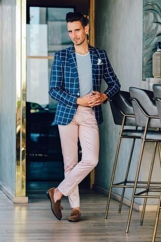 Dunkelblaues Sakko mit Karomuster kombinieren: trends 2020: Erwägen Sie das Tragen von einem dunkelblauen Sakko mit Karomuster und einer rosa Chinohose, um einen modischen Freizeitlook zu kreieren. Ergänzen Sie Ihr Outfit mit braunen Wildleder Slippern mit Quasten, um Ihr Modebewusstsein zu zeigen.