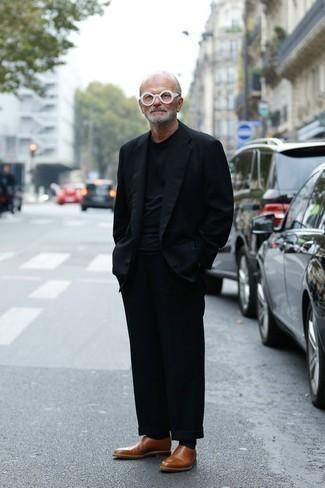 Mode für Herren ab 60 2020: Kombinieren Sie ein dunkelblaues Sakko mit einer schwarzen Chinohose für Drinks nach der Arbeit. Fühlen Sie sich mutig? Entscheiden Sie sich für braunen Leder Slipper.
