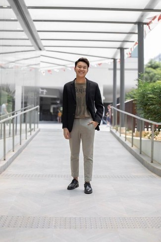 Beige bedrucktes T-Shirt mit einem Rundhalsausschnitt kombinieren: trends 2020: Kombinieren Sie ein beige bedrucktes T-Shirt mit einem Rundhalsausschnitt mit einer grauen Chinohose für ein bequemes Outfit, das außerdem gut zusammen passt. Setzen Sie bei den Schuhen auf die klassische Variante mit schwarzen Leder Derby Schuhen.
