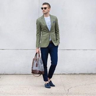 Dunkelblaue Wildleder Slipper mit Quasten kombinieren: trends 2020: Kombinieren Sie ein olivgrünes Sakko mit einer dunkelblauen Chinohose, um einen modischen Freizeitlook zu kreieren. Fühlen Sie sich mutig? Ergänzen Sie Ihr Outfit mit dunkelblauen Wildleder Slippern mit Quasten.