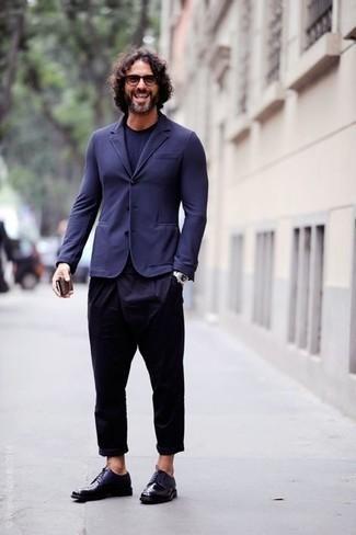 Dunkelrote Sonnenbrille kombinieren: trends 2020: Kombinieren Sie ein dunkelblaues Sakko mit einer dunkelroten Sonnenbrille für einen entspannten Wochenend-Look. Fühlen Sie sich mutig? Komplettieren Sie Ihr Outfit mit dunkelblauen Leder Derby Schuhen.