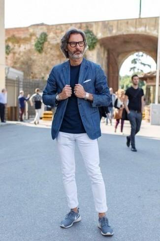 Herren Outfits 2020: Die Paarung aus einem blauen Jeanssakko und einer weißen Chinohose ist eine perfekte Wahl für einen Tag im Büro. Suchen Sie nach leichtem Schuhwerk? Wählen Sie blauen Sportschuhe für den Tag.
