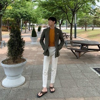Weiße Chinohose kombinieren – 500+ Herren Outfits: Paaren Sie ein dunkelgrünes Sakko mit einer weißen Chinohose, um einen modischen Freizeitlook zu kreieren. Machen Sie diese Aufmachung leger mit braunen Zehensandalen.