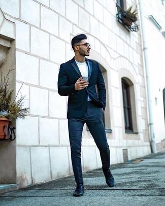 30 Jährige: Smart-Casual Outfits Herren 2020: Kombinieren Sie ein dunkelblaues Sakko mit einer dunkelblauen Chinohose für einen für die Arbeit geeigneten Look. Setzen Sie bei den Schuhen auf die klassische Variante mit schwarzen Leder Derby Schuhen.