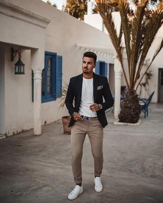 Dunkelbraune Socken kombinieren – 280 Herren Outfits: Ein dunkelblaues Sakko und dunkelbraune Socken sind eine kluge Outfit-Formel für Ihre Sammlung. Schalten Sie Ihren Kleidungsbestienmodus an und machen weiße Segeltuch niedrige Sneakers zu Ihrer Schuhwerkwahl.