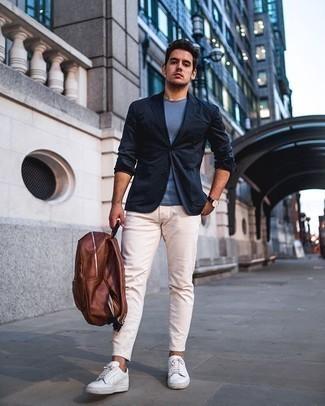 Dunkelblaues Sakko kombinieren – 500+ Herren Outfits: Kombinieren Sie ein dunkelblaues Sakko mit einer hellbeige Chinohose, wenn Sie einen gepflegten und stylischen Look wollen. Weiße Segeltuch niedrige Sneakers liefern einen wunderschönen Kontrast zu dem Rest des Looks.