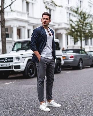Dunkelblaues Sakko kombinieren – 500+ Herren Outfits: Paaren Sie ein dunkelblaues Sakko mit einer grauen Chinohose, wenn Sie einen gepflegten und stylischen Look wollen. Wenn Sie nicht durch und durch formal auftreten möchten, vervollständigen Sie Ihr Outfit mit weißen Segeltuch niedrigen Sneakers.