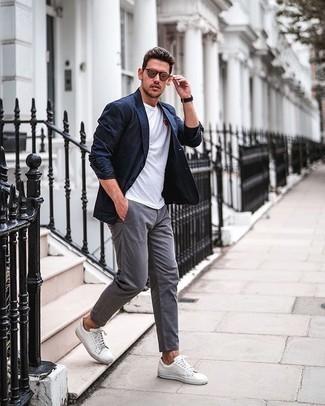 Dunkelblaues Sakko kombinieren – 500+ Herren Outfits: Vereinigen Sie ein dunkelblaues Sakko mit einer grauen Chinohose für Drinks nach der Arbeit. Suchen Sie nach leichtem Schuhwerk? Komplettieren Sie Ihr Outfit mit weißen Segeltuch niedrigen Sneakers für den Tag.