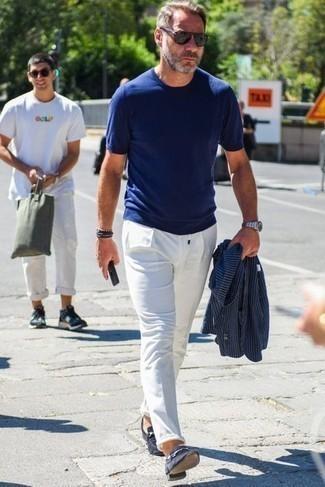 50 Jährige: Smart-Casual Outfits Herren 2021: Kombinieren Sie ein dunkelblaues vertikal gestreiftes Sakko mit einer weißen Chinohose, wenn Sie einen gepflegten und stylischen Look wollen. Setzen Sie bei den Schuhen auf die klassische Variante mit dunkelblauen Wildleder Slippern.
