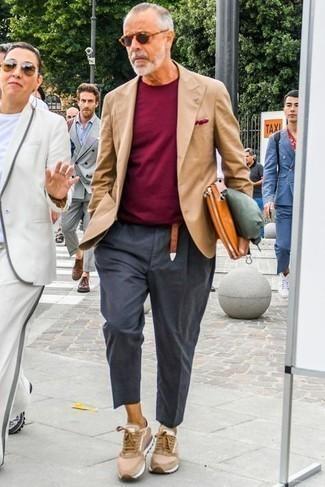 Rotbraune Leder Clutch Handtasche kombinieren – 257 Herren Outfits: Vereinigen Sie ein beige Sakko mit einer rotbraunen Leder Clutch Handtasche für einen entspannten Wochenend-Look. Beige Sportschuhe fügen sich nahtlos in einer Vielzahl von Outfits ein.