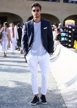 Dunkelblaues Sakko kombinieren – 1200+ Herren Outfits: Paaren Sie ein dunkelblaues Sakko mit einer weißen Chinohose für einen für die Arbeit geeigneten Look. Fühlen Sie sich mutig? Entscheiden Sie sich für schwarzen Leder niedrige Sneakers.