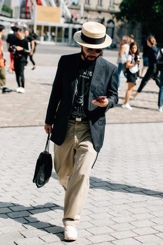 Schwarze Leder Clutch Handtasche kombinieren – 327 Herren Outfits: Entscheiden Sie sich für Komfort in einem schwarzen vertikal gestreiften Sakko und einer schwarzen Leder Clutch Handtasche. Dieses Outfit passt hervorragend zusammen mit hellbeige Sportschuhen.