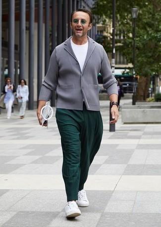 Weiße Segeltuch niedrige Sneakers kombinieren – 500+ Herren Outfits: Paaren Sie ein graues Sakko mit einer dunkelgrünen Chinohose für Ihren Bürojob. Suchen Sie nach leichtem Schuhwerk? Wählen Sie weißen Segeltuch niedrige Sneakers für den Tag.