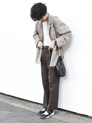 Graues Sakko mit Schottenmuster kombinieren – 440 Herren Outfits: Paaren Sie ein graues Sakko mit Schottenmuster mit einer dunkelbraunen Chinohose für Ihren Bürojob. Suchen Sie nach leichtem Schuhwerk? Entscheiden Sie sich für schwarzen und weißen Sportschuhe für den Tag.