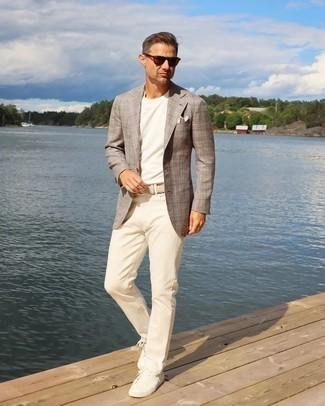 40 Jährige: Outfits Herren 2021: Tragen Sie ein braunes Sakko mit Schottenmuster und eine hellbeige Chinohose, um einen eleganten, aber nicht zu festlichen Look zu kreieren. Wenn Sie nicht durch und durch formal auftreten möchten, wählen Sie weißen Segeltuch niedrige Sneakers.