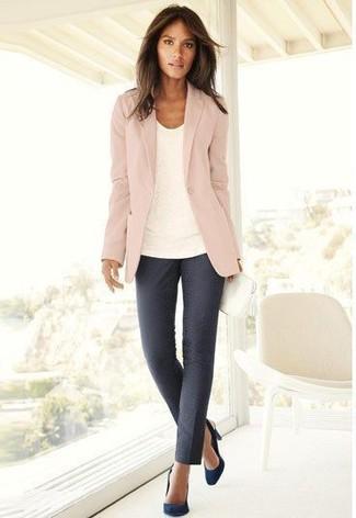 rosa Sakko, weißes T-Shirt mit einem Rundhalsausschnitt, dunkelgraue enge Hose, dunkelblaue Wildleder Pumps für Damen