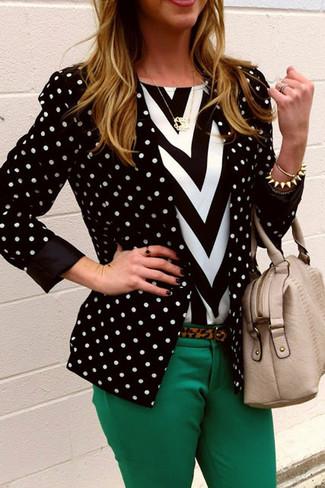 Schwarzes und weißes gepunktetes Sakko kombinieren – 1 Herbst Damen Outfits: Um einen stilsicheren, lässigen Look zu erzielen, wahlen Sie ein schwarzes und weißes gepunktetes Sakko und eine grüne enge Hose. Dieses Outfit ist ein perfektes Herbst-Outfit.