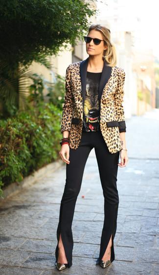 Beige Sakko kombinieren – 136 Damen Outfits: Mit dieser Kombi aus einem beige Sakko und einer schwarzen enger Hose werden Sie die ideale Balance zwischen einem Tomboy-Look und modernem Schick schaffen. Komplettieren Sie Ihr Outfit mit goldenen Leder Pumps.