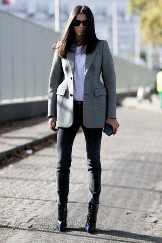 Wie kombinieren: graues Sakko, weißes T-Shirt mit einem Rundhalsausschnitt, schwarze enge Hose, schwarze Leder Stiefeletten