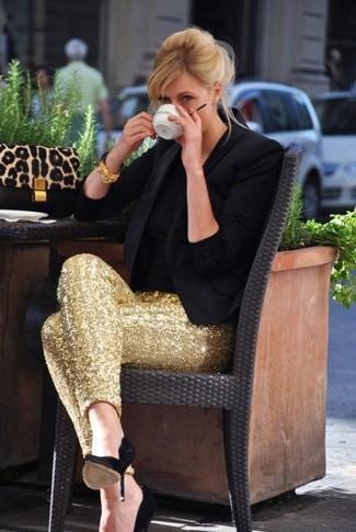 Wie kombinieren: schwarzes Sakko, schwarzes T-Shirt mit einem Rundhalsausschnitt, goldene enge Hose aus Paillette, schwarze Wildleder Pumps