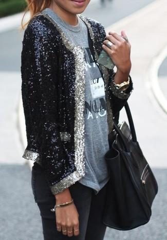 Wie kombinieren: schwarzes Paillettesakko, graues bedrucktes T-Shirt mit einem Rundhalsausschnitt, schwarze enge Jeans, schwarze Shopper Tasche aus Leder