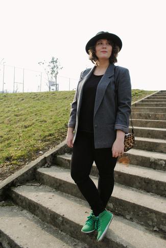 Wie kombinieren: dunkelgraues Sakko, schwarzes T-Shirt mit einem Rundhalsausschnitt, schwarze enge Jeans, grüne hohe Sneakers