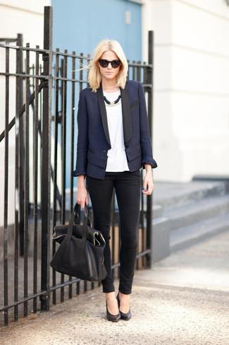 dunkelblaues Sakko, weißes T-Shirt mit einem Rundhalsausschnitt, schwarze enge Jeans, schwarze Leder Pumps für Damen