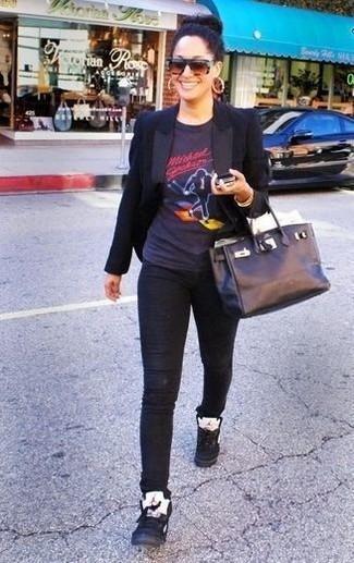Wie kombinieren: schwarzes Sakko, schwarzes bedrucktes T-Shirt mit einem Rundhalsausschnitt, schwarze enge Jeans, schwarze hohe Sneakers aus Leder