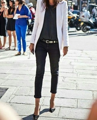 Wie kombinieren: weißes Sakko, dunkelgraues T-Shirt mit einem Rundhalsausschnitt, schwarze enge Jeans, schwarze Wildleder Pumps