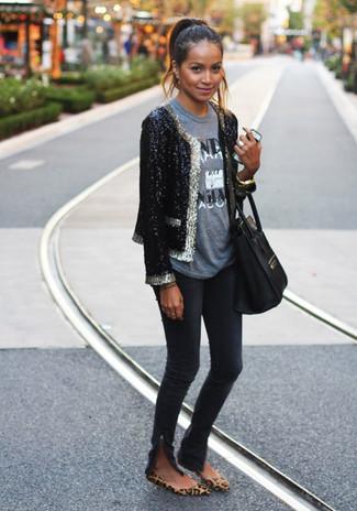 Wie kombinieren: schwarzes Paillettesakko, graues bedrucktes T-Shirt mit einem Rundhalsausschnitt, schwarze enge Jeans, braune Wildleder Ballerinas mit Leopardenmuster