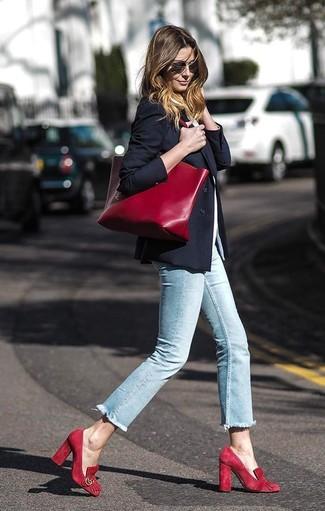 Wie kombinieren: schwarzes Sakko, weißes T-Shirt mit einem Rundhalsausschnitt, hellblaue enge Jeans, rote Wildleder Pumps