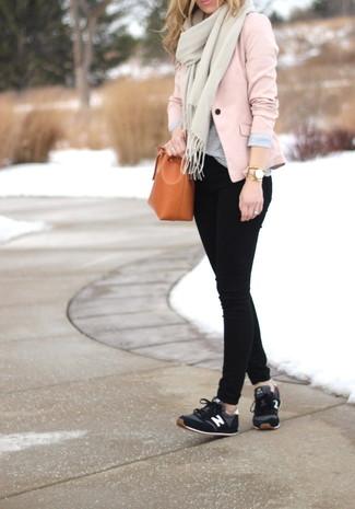 Wie kombinieren: rosa Sakko, graues T-Shirt mit einem Rundhalsausschnitt, schwarze enge Jeans, schwarze Sportschuhe
