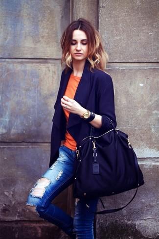 Wie kombinieren: dunkelblaues Sakko, orange T-Shirt mit einem Rundhalsausschnitt, blaue enge Jeans mit Destroyed-Effekten, schwarze Shopper Tasche aus Segeltuch