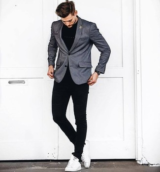 Wie kombinieren: graues Sakko, schwarzes T-Shirt mit einem Rundhalsausschnitt, schwarze enge Jeans, weiße Leder niedrige Sneakers