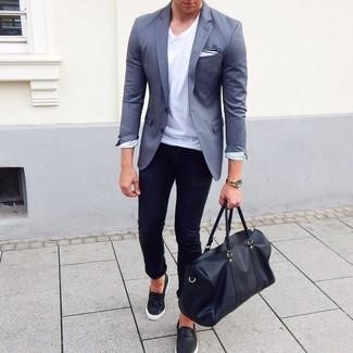 Wie kombinieren: graues Sakko, weißes T-Shirt mit einem Rundhalsausschnitt, schwarze enge Jeans, schwarze Slip-On Sneakers aus Leder