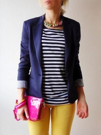 Wie kombinieren: dunkelblaues Sakko, dunkelblaues und weißes T-Shirt mit einem Rundhalsausschnitt, gelbe enge Jeans, fuchsia Leder Clutch
