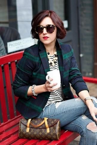 Wie kombinieren: dunkelblaues und grünes Sakko mit Schottenmuster, weißes und schwarzes horizontal gestreiftes T-Shirt mit einem Rundhalsausschnitt, blaue enge Jeans mit Destroyed-Effekten, dunkelbraune bedruckte Leder Clutch