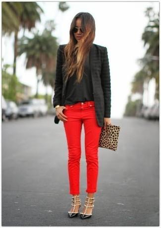 3c4a024e0165 Wie kombinieren  schwarzes Sakko, schwarzes T-Shirt mit einem  Rundhalsausschnitt, rote Jeans