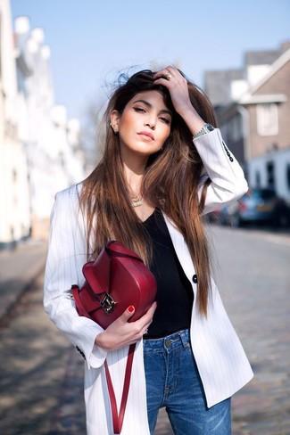 Wie silberne Uhr mit schwarzen T-Shirts mit einem Rundhalsausschnitt zu kombinieren – 2 Frühling Damen Outfits: Probieren Sie diese Kombination aus einem schwarzen T-Shirt mit einem Rundhalsausschnitt und einer silbernen Uhr, um ein tolles Freizeit-Outfit zu zaubern. Ein perfektes Outfit für den Frühling, oder?