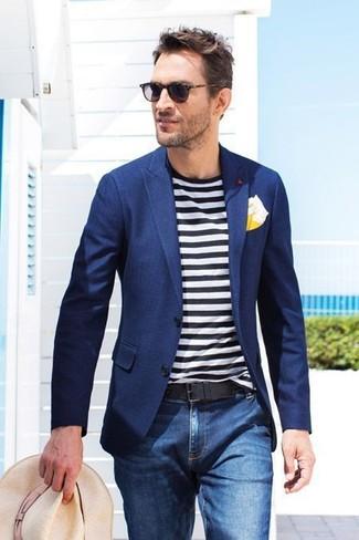 Wie kombinieren: dunkelblaues Sakko, weißes und schwarzes horizontal gestreiftes T-Shirt mit einem Rundhalsausschnitt, blaue Jeans, hellbeige Strohhut