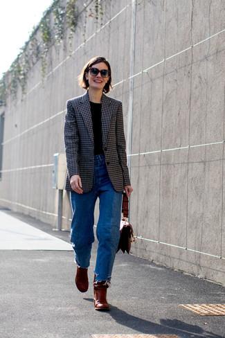 Wie kombinieren: schwarzes Sakko mit Karomuster, schwarzes T-Shirt mit einem Rundhalsausschnitt, blaue Jeans, dunkelrote Leder Stiefeletten